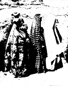 Три белуджские женщины в обычной одежде
