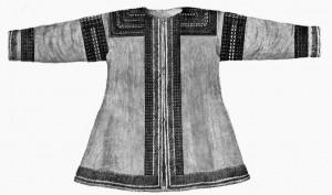 Одежда, богато украшенная нашивками из кожи